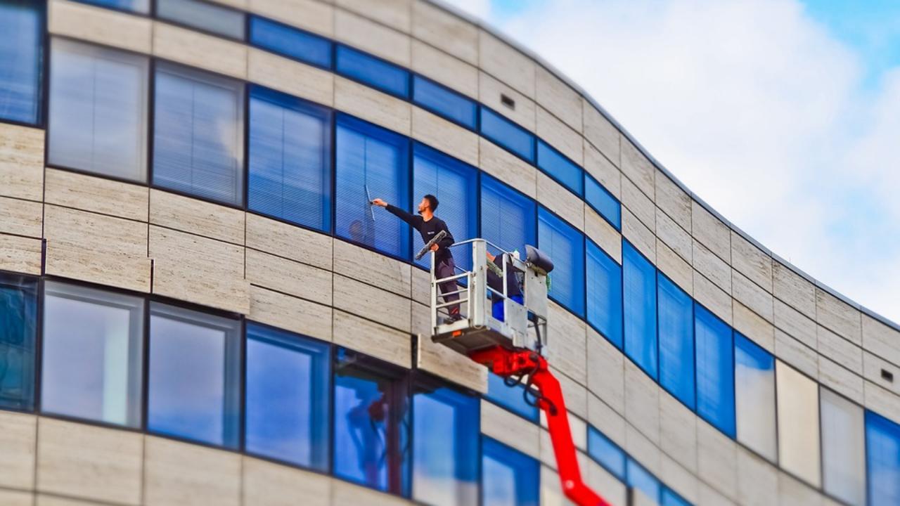 Comment Enlever Les Gouttes De Calcaire Sur Les Vitres expert nettoyage vitre sur paris : astuces et trucs pour